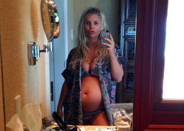 Jessica Simpson tweets photo of her baby bump