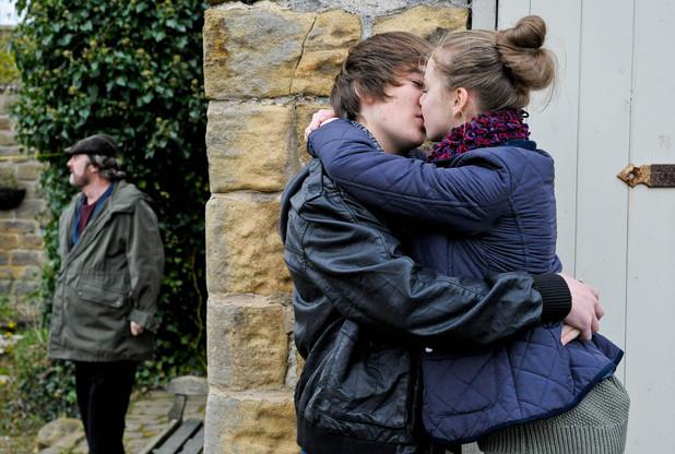 Emmerdale, Belle kisses Luke, Wed 2 Jan
