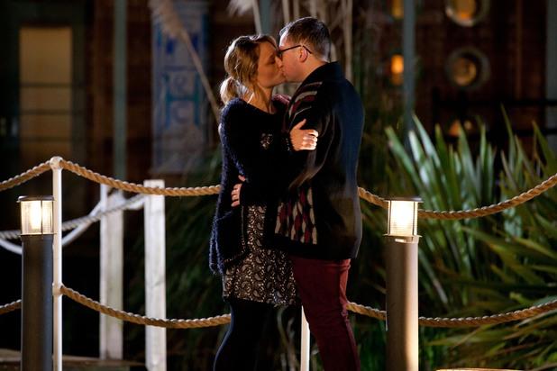 Hollyoaks, Dennis and Leanne kiss, Thu 27 Jun