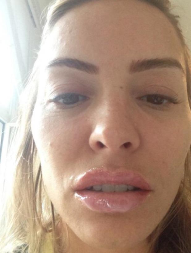 Elen Rivas tweets picture after having lips tattooed, June 22 2013