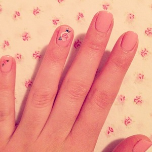 Miranda Cosgrove tweets picture of floral nail art on 8 July 2013