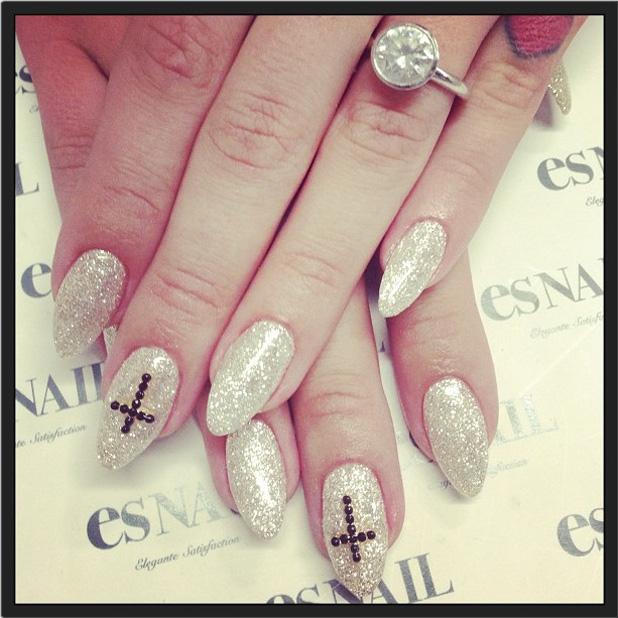 Kelly Osbourne flashes engagement ring