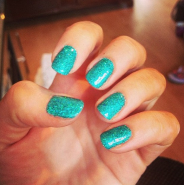 Maria Fowler shows off the turquoise gel nails she did herself at home, Instagram, 6 August 2013