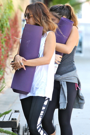 Vanessa Hudgens arrives at a yoga class with her sister Stella - 11.9.2013