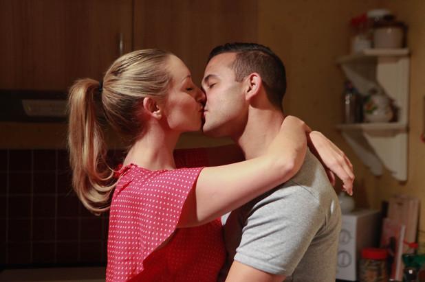 Corrie, Eva snogs Jason, Fri 20 Sep