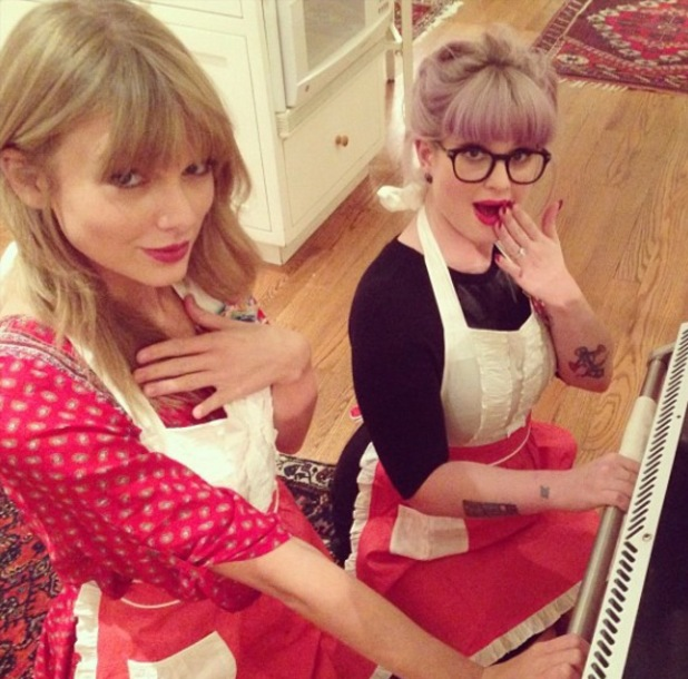 Kelly Osbourne and Taylor Swift spend night in baking cookies - 2 October 2013