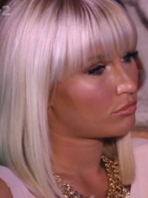 Billie Faiers checks out Chloe Sims' new fringe in TOWIE Vegas special - 10 October 2013