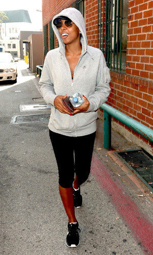 Kelly Rowland wearing a hoodie on Bedford Drive in Beverly Hills - 8.10.2013