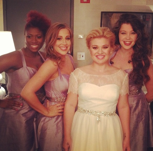 Kelly Clarkson wears wedding dress on The View - 9 October 2013