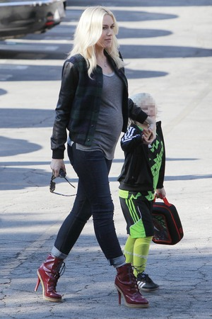Gwen Stefani shows off 'rumoured baby bump' with son Zuma - 5.11.2013