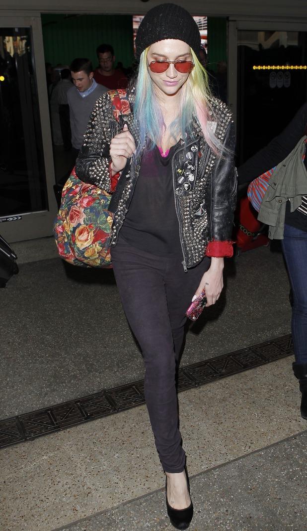 Ke$ha arriving at LAX airport, 19.11.13