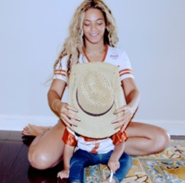 Beyoncé poses with Blue Ivy and a cowboy hat - 10 December 2013