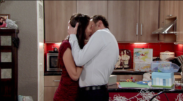 Corrie, Peter snogs Tina, Mon 23 Dec