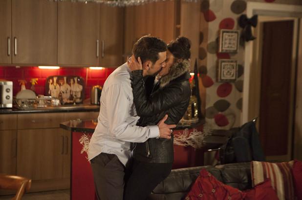 Corrie, Peter kisses Tina, Mon 30 Dec