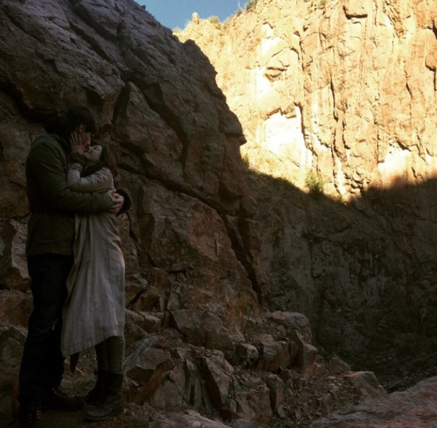 Kaya Scodelario appears to announce engagement to Benjamin Walker, 28.12.14