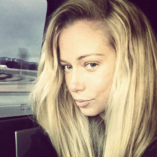 Kendra Wilkinson goes make-up free for car selfie, 30 December 2014
