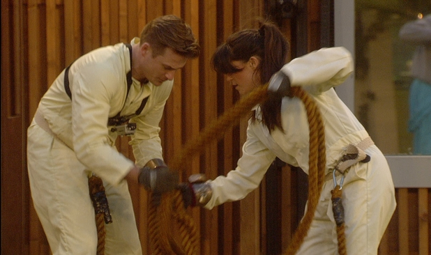 Lee Ryan and Casey Batchelor attempt to free themselves in Celebrity Big Brother - 6 january 2014