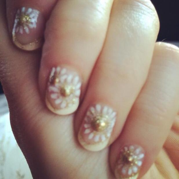 Zooey Deschanel's daisy manicure for the Golden Globes, 12 January 2014