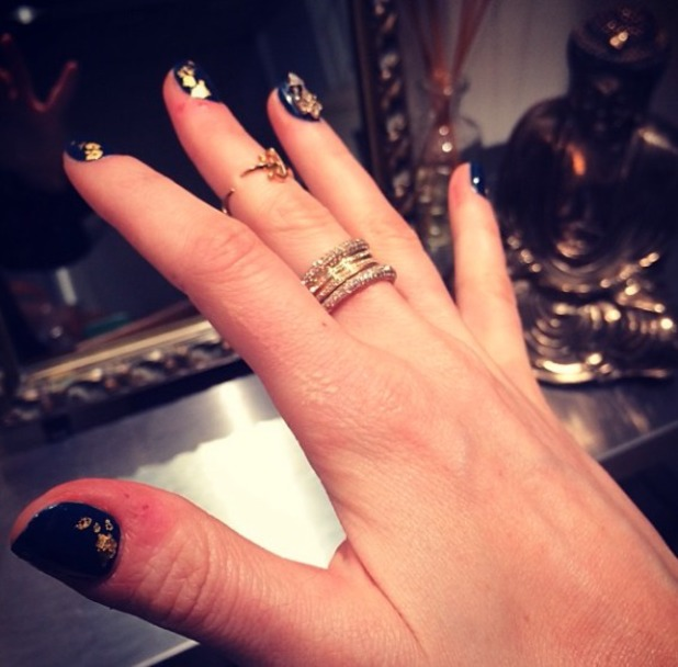 Ellie Goulding shows off her Annoushka Ducas diamonds and fabulous navy and gold leaf manicure, 23 January 2014