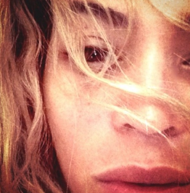 Beyoncé in bed, posts make-up free selfie on Instagram - 29.1.2014