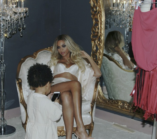 Beyoncé poses in her underwear with daughter Blue Ivy - February 2014