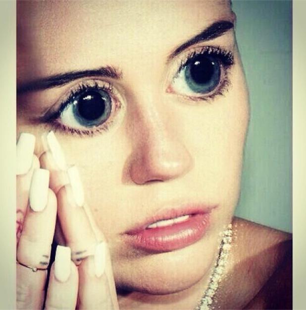 Miley Cyrus shares freaky wide-eyed selfie - 3 Feb 2014