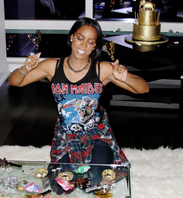 Kelly Rowland celebrates 33rd birthday with liquid gold fondue party. (11 February).