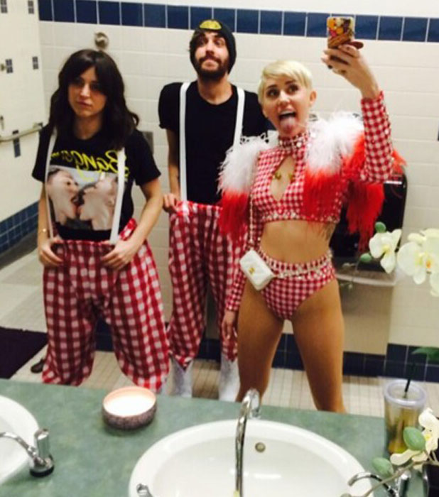 Miley Cyrus tweets a picture of herself on Bangerz tour, 24 February 2014