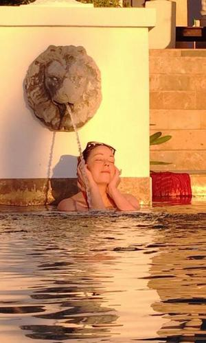 Mariah Carey listens to her album in the pool (12 March).