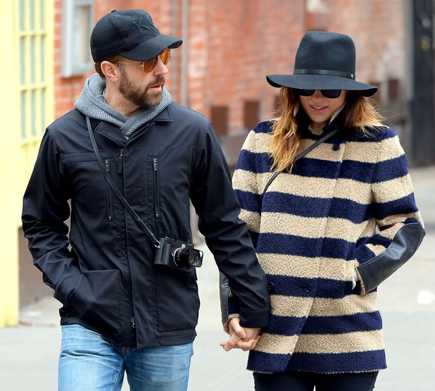 Olivia Wilde and jason Sudeikis hold hands in NY