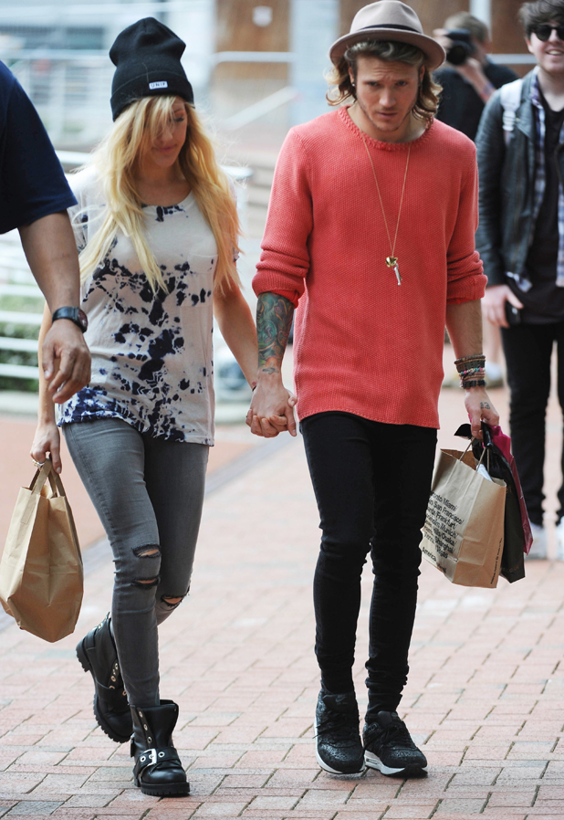 Ellie Goulding and Dougie Poynter spotted holding hands as they arrive back to their hotel after a shopping trip in Manchester, 20 May 2014