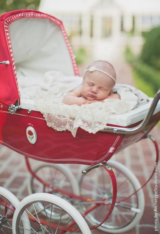 Kelly Clarkson shares first picture of her baby daughter, 20 June 2014