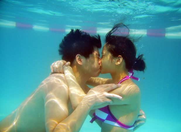 Underwater kissing competition in China