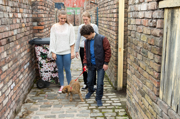 Corrie, Maddie and Sophie look after Simon, Wed 30 Jul