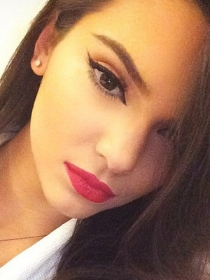 Kendall Jenner flaunts winged-out eyeliner and matte red lips in an Instagram picture - 1 August 2014