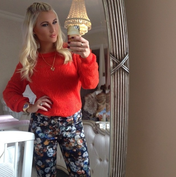 Billie Faiers shows off her baby Nelly iPhone cover while taking a mirror selfie - 15 October 2014