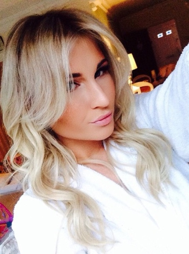 Billie Faiers shows off her new hair with dark brunette roots, courtesy of Ferne McCann - 7 November 2014