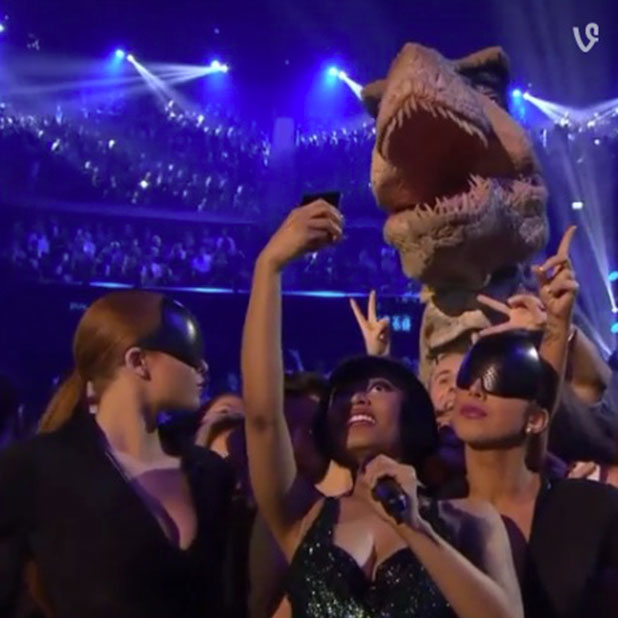 MTV EMA 2014: Nicki Minaj is photobombed by a dinosaur, 9 November 2014