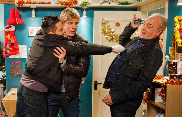 Emmerdale, Lawrence smashes Ross's phone, Thu 18 Dec