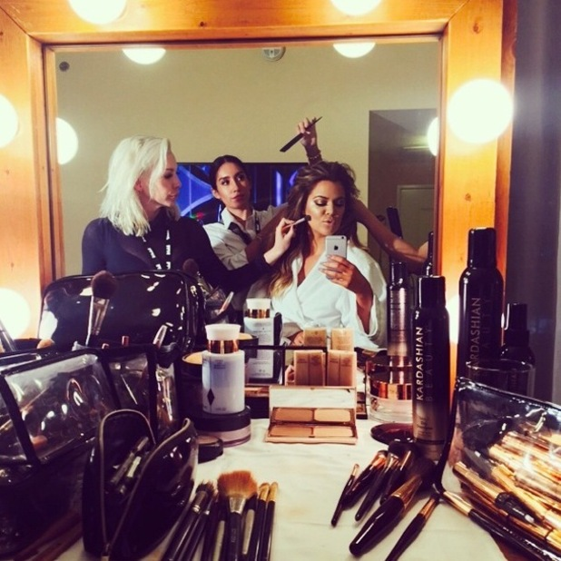 Khloe Kardashian gets her hair and make-up done before attending a Golden Globes party in Los Angeles - 11 January 2015