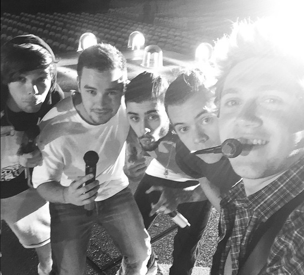 Niall Horan shares selfie with all of One Direction, Australia 6 February