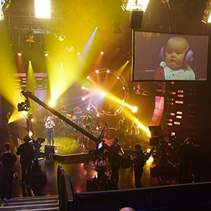 Kelly Clarkson shares picture of River Rose watching her on Graham Norton 17 February 2015