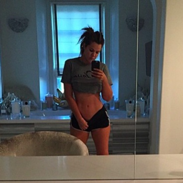 Khloe Kardashian shows off abs in new selfie, 27 February 2015