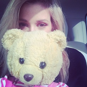Ellie Goulding heads to LA with her teddy bear, Instagram 4 March