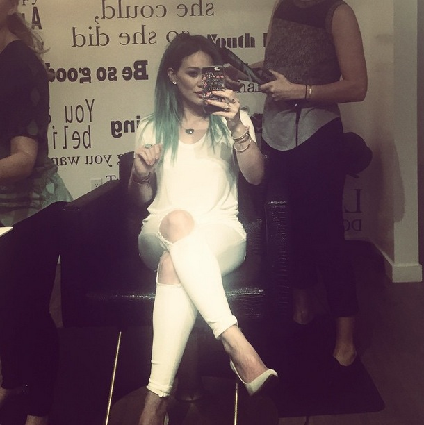 Hilary Duff dyes hair green! (18 March)