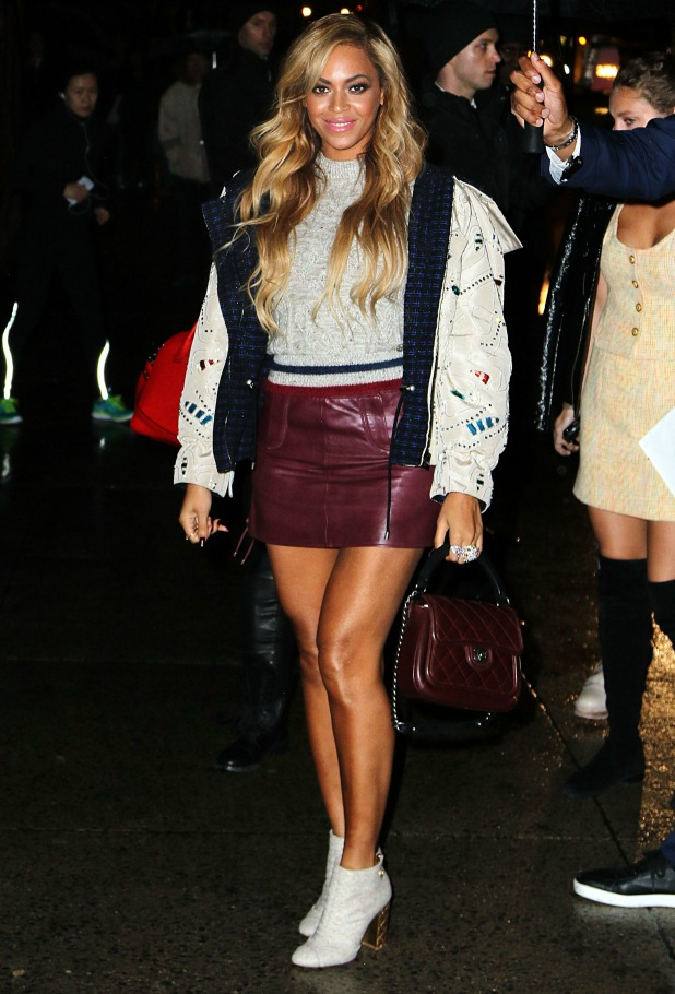 beyonc 233 flashes lots of leg in maroon leather miniskirt