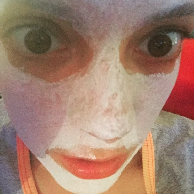 Lily Allen does a clay face mask, 8 June 2015
