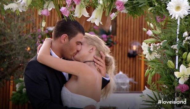 Love Island - Jon and Hannah get engaged one day before the final. July 2015.
