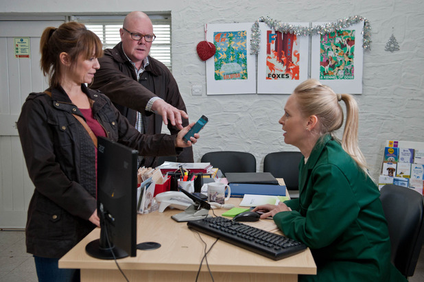Emmerdale, Rhona sees a saucy text on Paddy's phone, Tue 8 Dec
