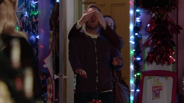 Corrie, Fiz shows Ty the lights, Fri 18 Dec